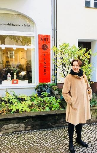 Ursula Bausch vor ihrem Geschäft Art Flagey Kunsthandel Berlin